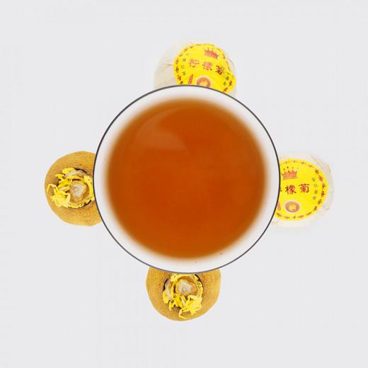 Красный чай с хризантемой в лимоне