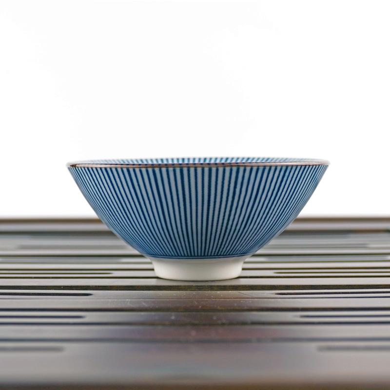 Пиала для китайского чая плоской формы с симметричным бело-голубым рисунком объемом 80 мл | Чайнотека